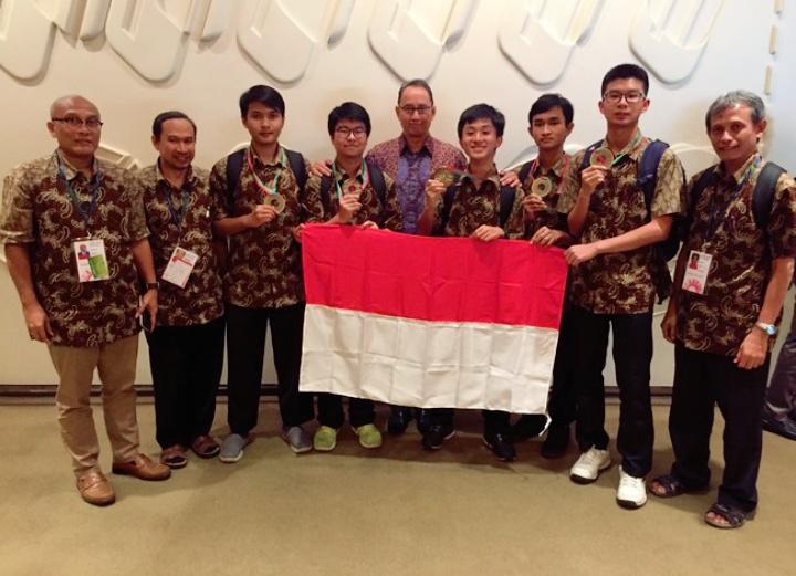 Team Olimpiade Fisika Internasional yang berlomba di Portugal kembali raih medali emas Arsip OSN:  Indonesia Kembali Raih Medali Emas Olimpiade Fisika Internasional di Portugal