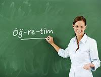 Tahtaya öğretim yazmış bir öğretmen