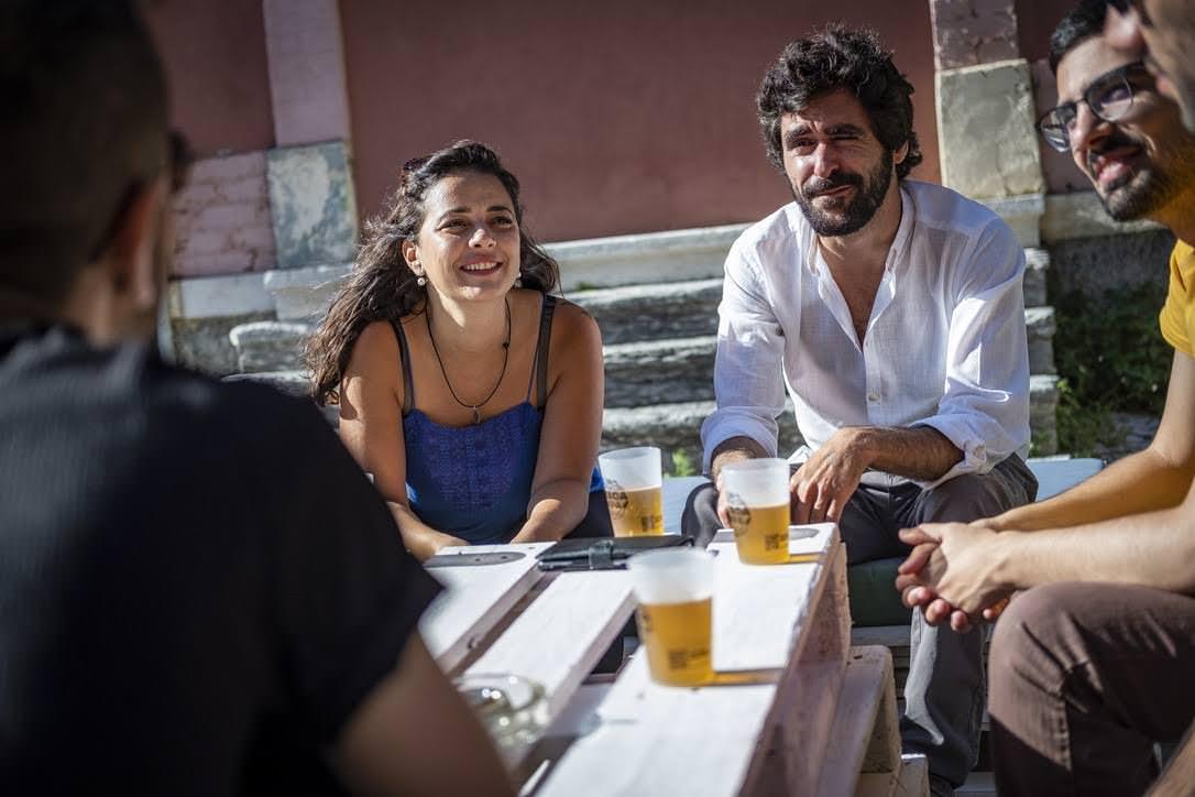 Pessoas à volta de uma mesa