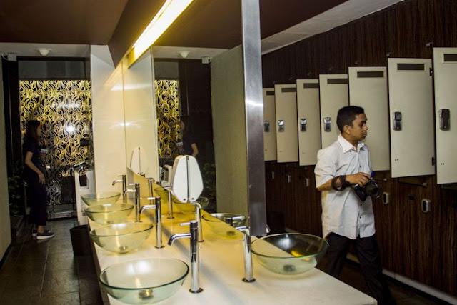 Wartawan melintasi loker room lantai tujuh di Hotel dan Griya Pijat Alexis, Jakarta, Selasa (31/102017). Pemerintah Provinsi (Pemprov) DKI Jakarta menolak permohonan Tanda Daftar Usaha Pariwisata (TDUP) Hotel dan Griya Pijat Alexis.