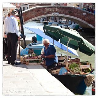 Velencei zöldséges csónakról árulja a portékáját