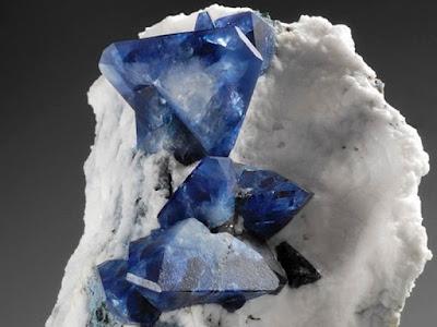 Bellos cristales de benitoita  - piedras preciosas -foro de minerales