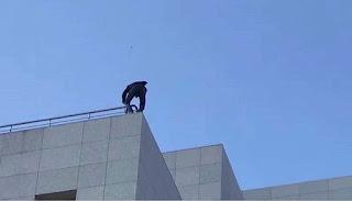 بالصور والفيديو رجل تركي حاول الانتحار من مبنى البرلمان التركي