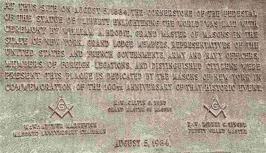 En la placa se explica que la Dama de la Libertad fue un regalo de los Masones Franceses y el gobierno a los Masones Americanos.