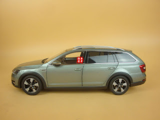 1/18 China Volkswagen Skoda Octavia Combi grey-green color + gift