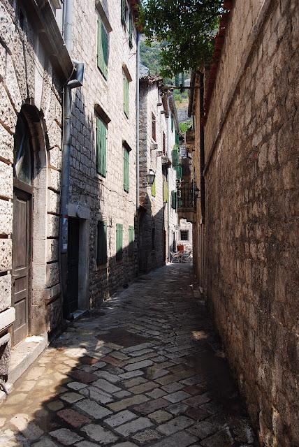 vieille ruelle aux pavés luisants Kotor