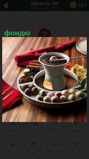 Приготовлено кофе в турке и вокруг неё лежат фондю с другими ингредиентами