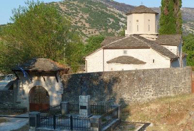 Υπαίθρια λειτουργία στην ιστορική Μονή αγίου Γεωργίου Καμίτσιανης στα ελληνοαλβανικά σύνορα...
