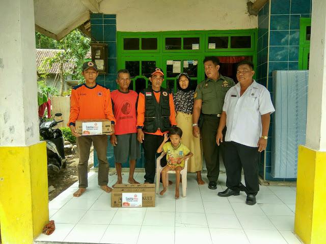 Para relawan kemanusiaan bersama Babinsa dan perangkat desa setempat dirumah Achmad Fauzi