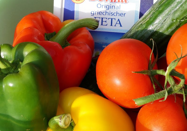 Bunter Sommersalat: Perfekt zum Grillen oder einfach so! Egal, was Ihr grillt: Dieser Salat passt und schmeckt knackig und frisch!
