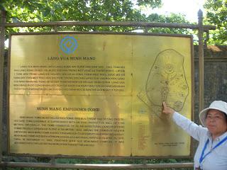 Letrero plano de la Tumba del Emperador Minh Mang en Hue