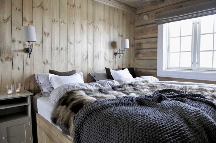 Piękny, drewniany dom u podnóża gór w Norwegii, wystrój wnętrz, wnętrza, urządzanie domu, dekoracje wnętrz, aranżacja wnętrz, inspiracje wnętrz,interior design , dom i wnętrze, aranżacja mieszkania, modne wnętrza, domy w górach, górska chata, domy drewniane, styl klasyczny, sypialnie