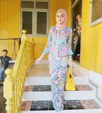 Model Baju Batik Kombinasi Brokat Yang Santai Dan Modis