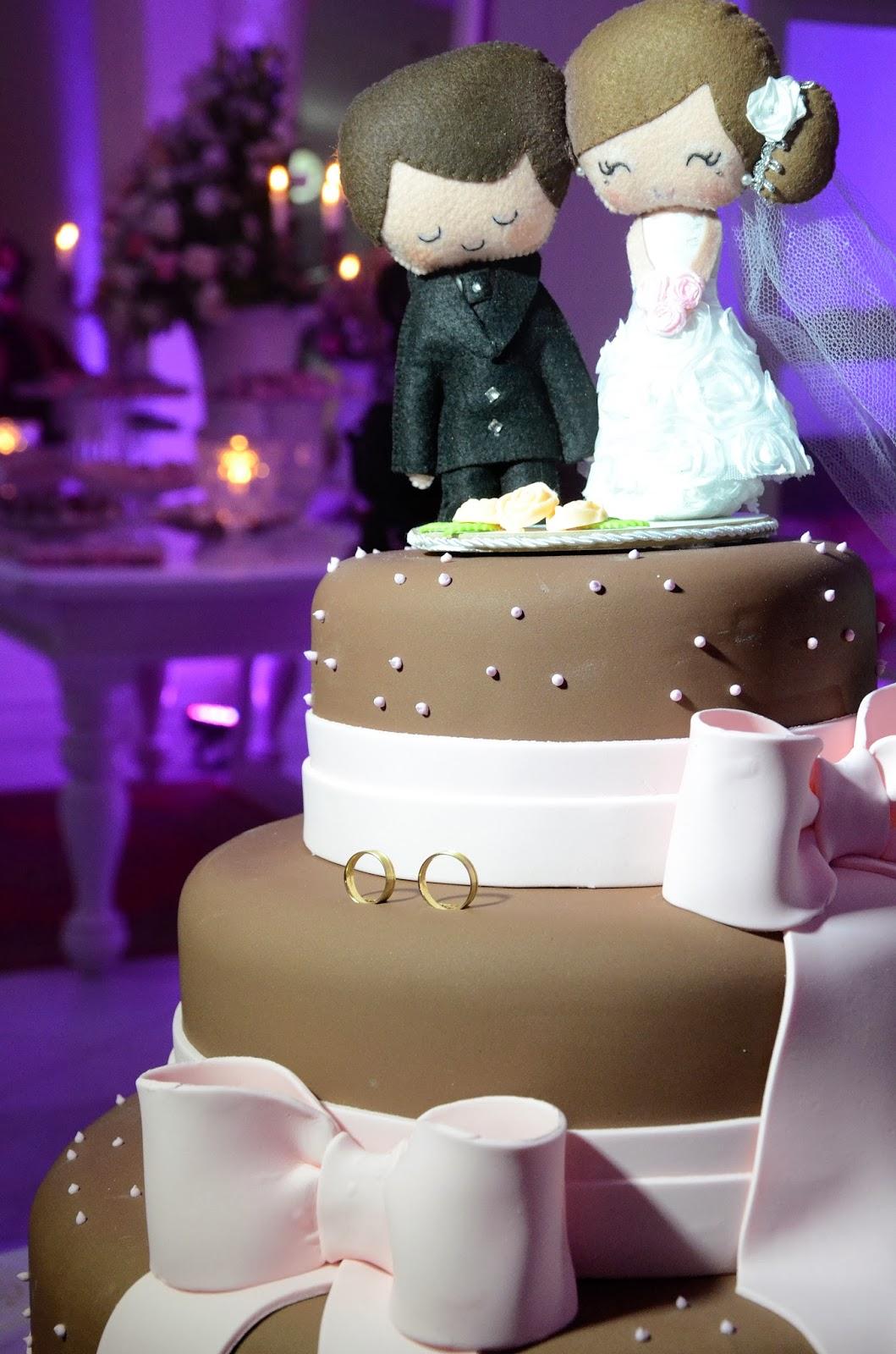festa - recepção - bolo - bolo de casamento - topo de bolo - alianças - foto das alinaças - bolo marrom e rosa - bolo laço - topo de bolo fofo