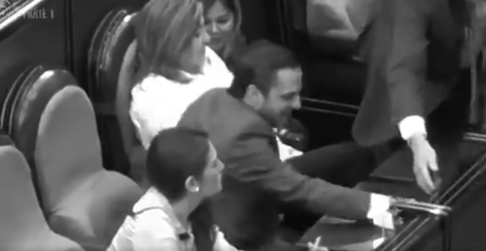 Video, Exhiben a legisladores del PRI, PAN de NL votando por sus compañeros faltistas