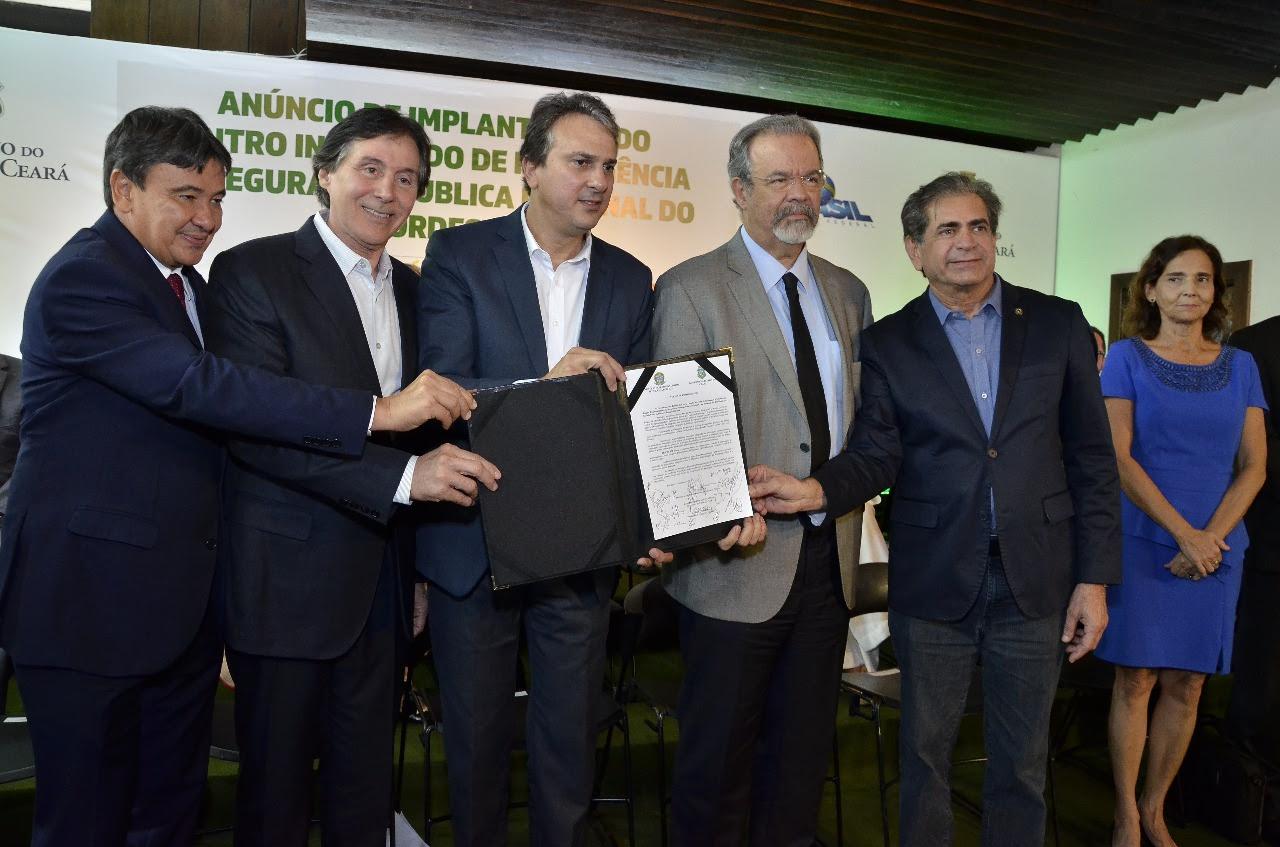 Eunício anuncia recurso de R  220 milhões para reforço nas ações de  integração na segurança pública 742b359c4e
