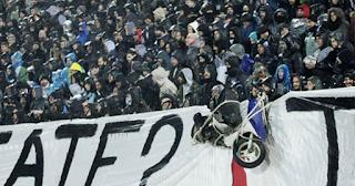 Οι οπαδοί του ΠΑΟΚ κρέμασαν μηχανάκι στα κάγκελα της Τούμπας - ΕΙΚΟΝΕΣ