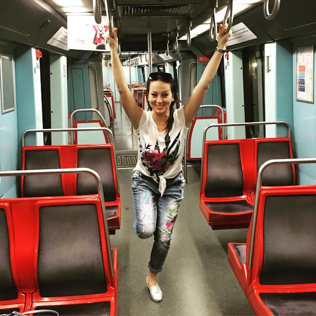 sesja w metrze, kolorowe jeansy podbijaja świat, spodnie jak ralph lauren