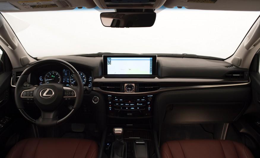 Khoang điều khiển của xe rộng rãi, tầm nhìn thoáng, màn hình lớn, thông minh, ít nút bấm và đơn giản