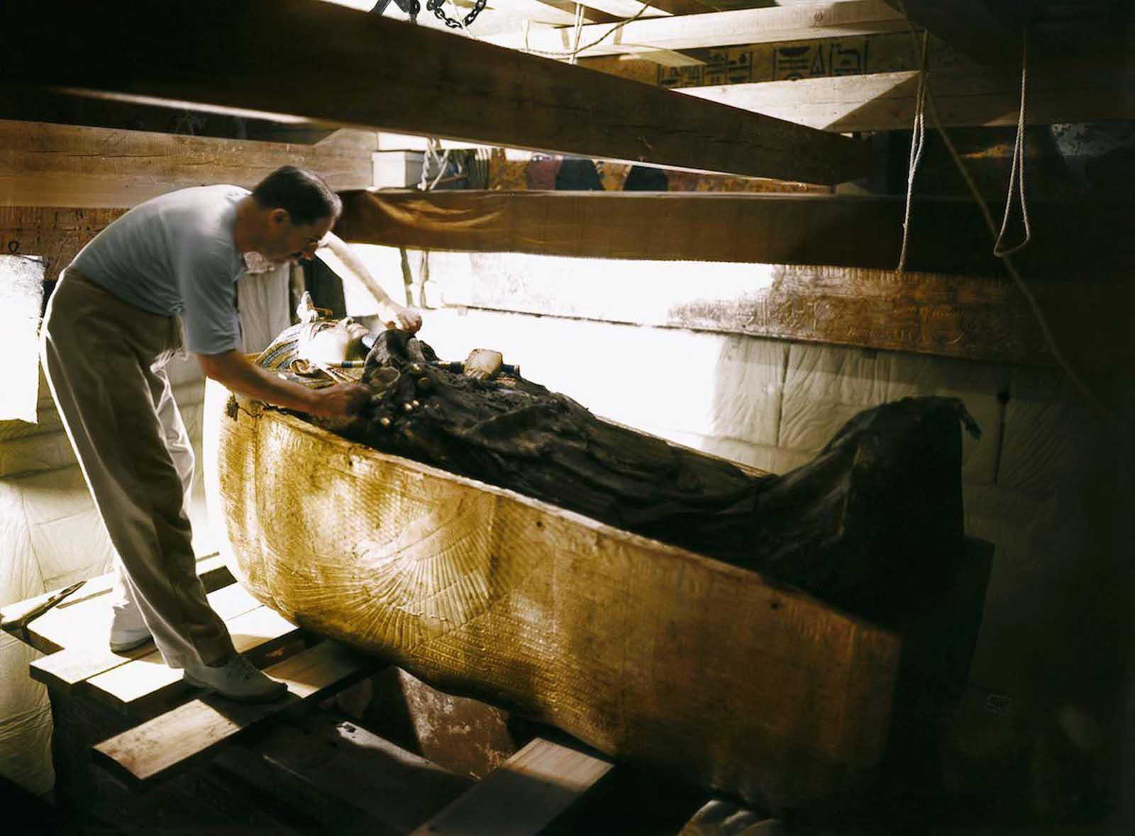 Carter examines Tutankhamun's sarcophagus.