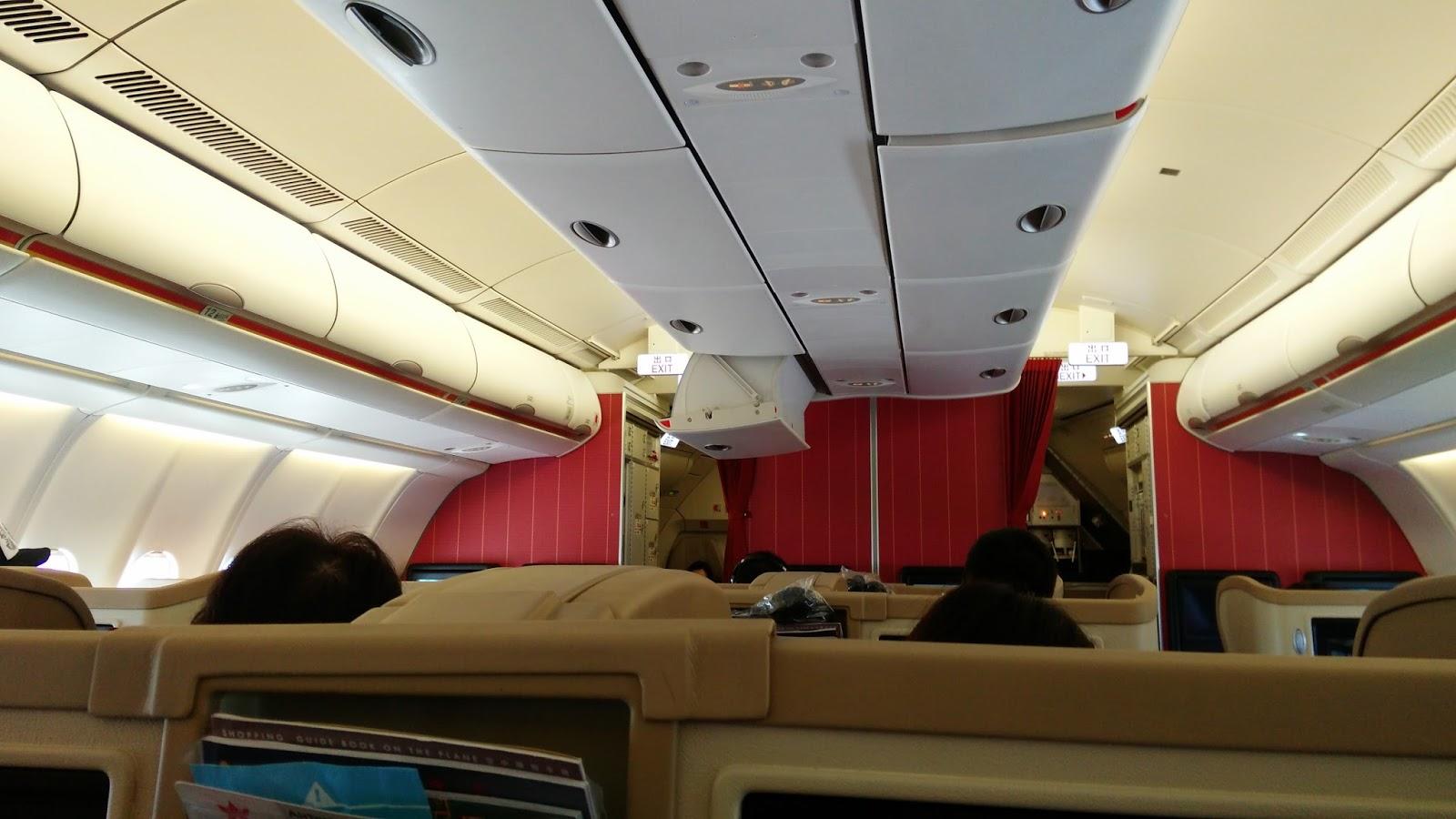 黑老闆說︱香港航空A330-300商務艙_落地時發生上次搭國泰一樣的狀況,行李櫃震開了,行李砸下來很危險。