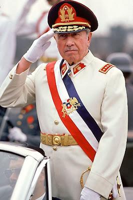 Foto de Augusto Pinochet saludando como Presidente