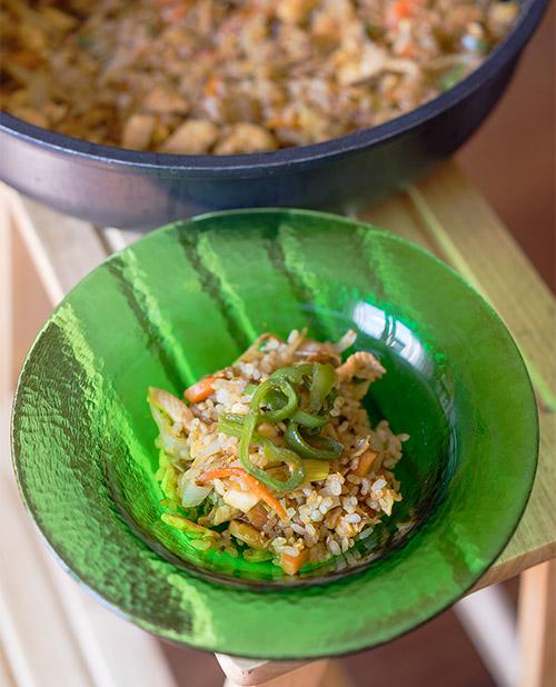 receta de arroz integral frito con pollo y verduras un plato ligero y muy sabroso