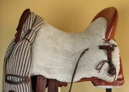 ba2c0970d6 Monturas de doma clásica: El asiento es suave y profundo muy confortable,  permitiendo al jinete maniobrar libremente, los faldones son muy largos, ...