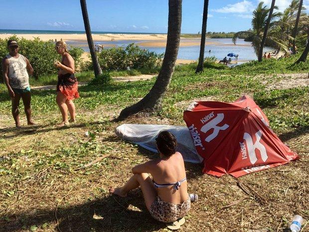 Turista vela corpo em praia de Imbassaí (Foto: Roberto Gazzi)