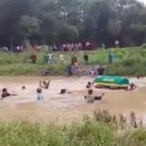 Geger !! Keranda Berisikan Jenazah Terpakasa Dihanyutkan Ke Aliran Sungai Agar Sampai Ke Tempat Pemakaman