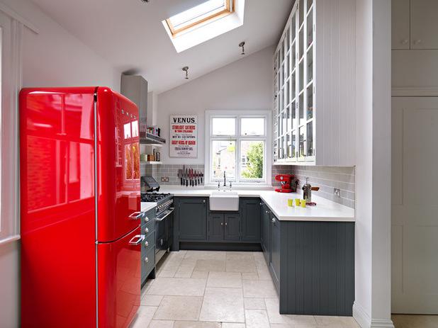 дизайн узкой кухни с холодильником