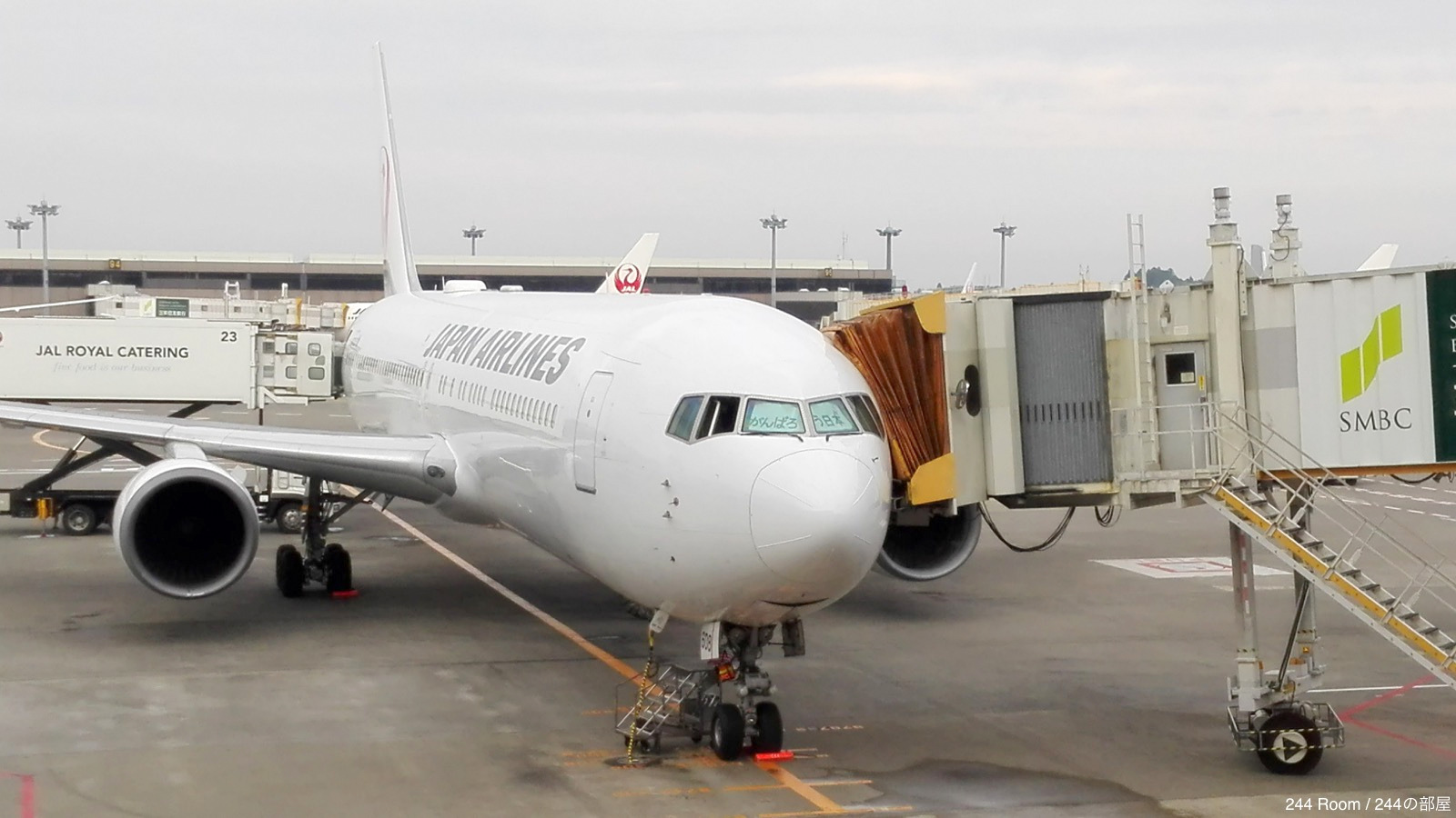jal767-glass-wiping3