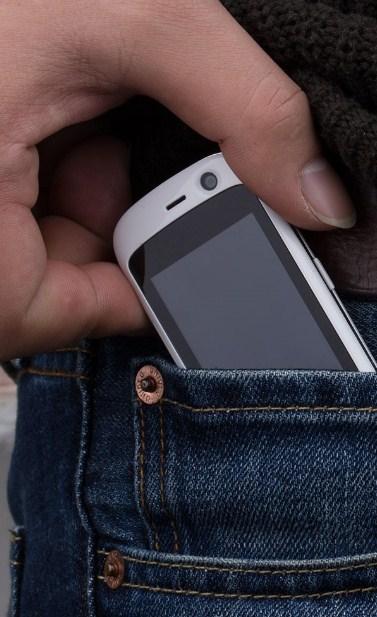 ponsel 4G terkecil di dunia