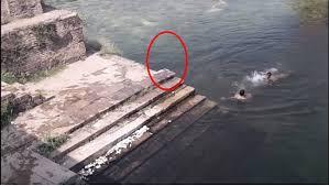 Fantasma de menino saltando em lago