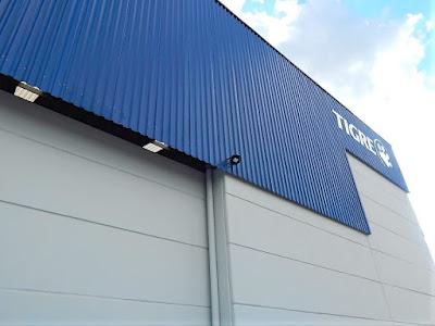 O lanternim da cobertura faz a extração natural do ar aquecido, puxando ar fresco do exterior através de aberturas nas laterais do galpão, entre as telhas e placas de fechamento.