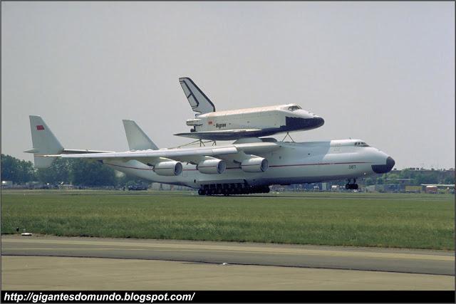 Antonov An-225 transportando o ônibus espacial