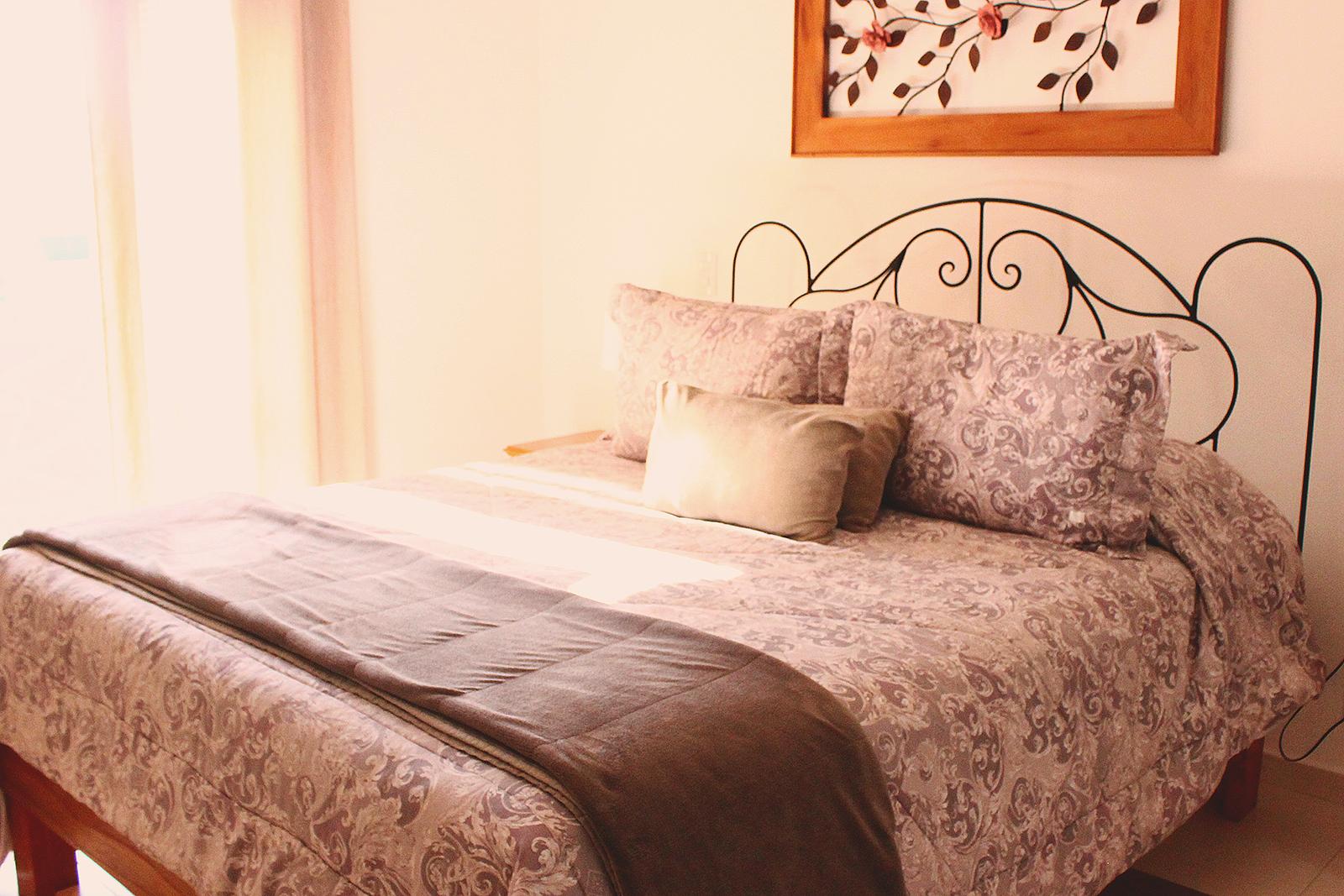 cama grande arrumada confortável hotel