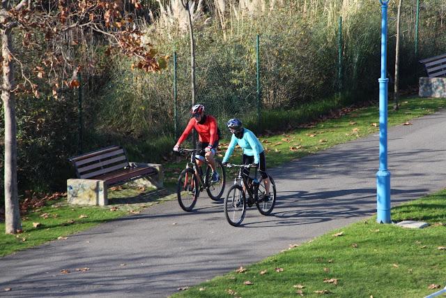 Ciclistas por el borde de ría a su paso por Barakaldo