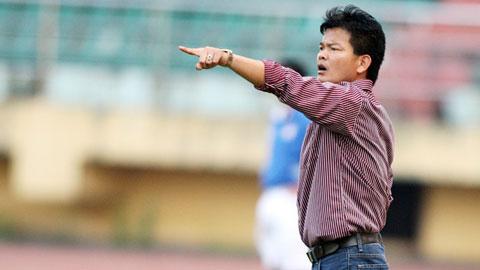 HLV Nguyễn Văn Sỹ chỉ đạo trên sân thi đấu