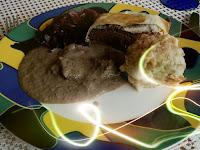 Maronen-Nuss-Pilz-Braten im Filoteig mit Rotweinsoße, Brezelknödeln und Rotkohl.