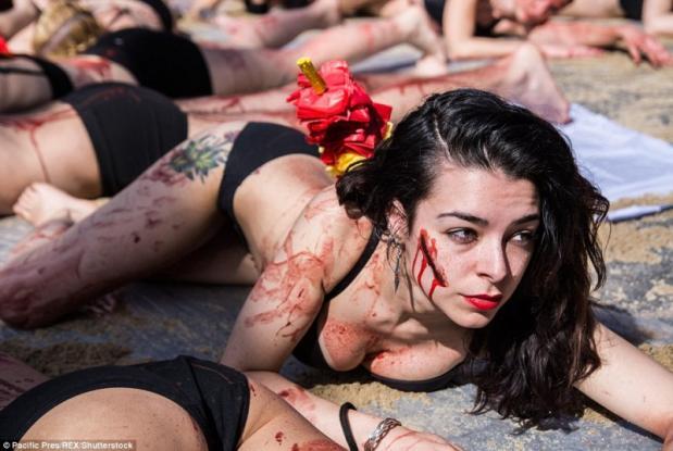 Γιατί εκατοντάδες γυναίκες με εσώρoυχα κυλιστήκαν σε κόκκινη μπογιά στη μέση του δρόμου; (Photos)