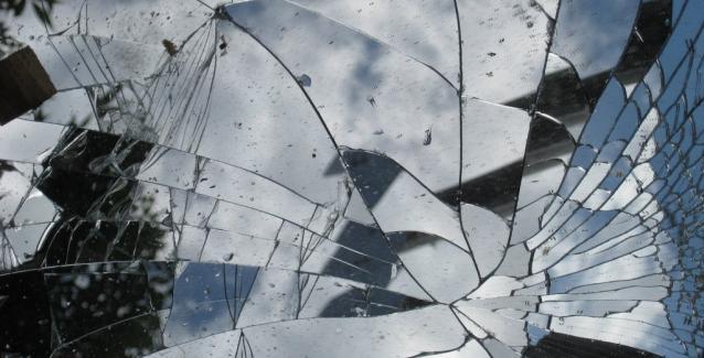 Η ιστορία του σπασμένου καθρέφτη και τα 7 χρόνια κακοτυχίας