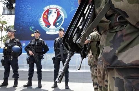 Cảnh sát và binh sĩ Pháp canh gác tại khu vui chơi dành cho CĐV
