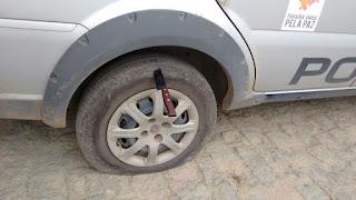 Viatura da Polícia Civil de Cuité tem faca cravada no pneu em frente da delegacia