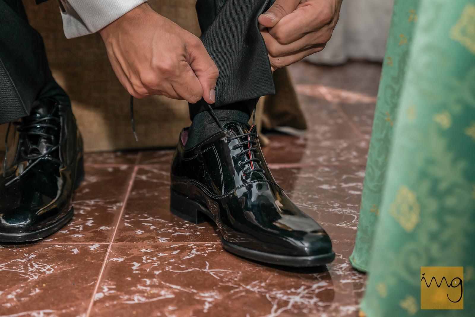 El novio atándose los zapatos