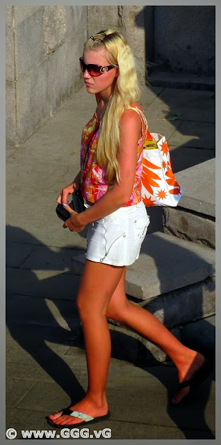 Girl's outfit with white shorts on the street