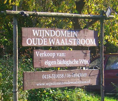 Bord wijndomein Oude Waalstroom.