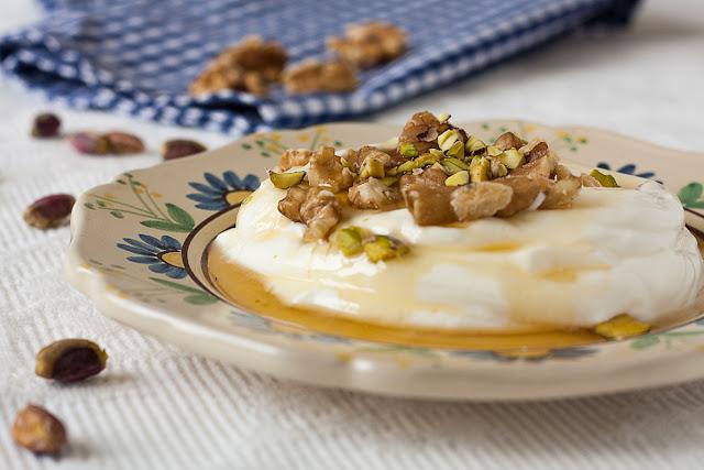 Grčki jogurt sa medom i orasima