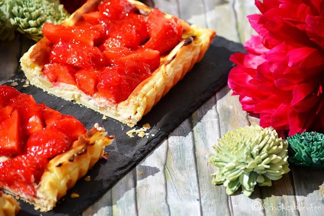 Rhabarber Cheesecake mit Erdbeeren auf Blätterteig