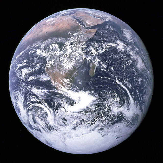Hình ảnh chụp Trái Đất bởi Apollo 17 khi sứ mệnh đang trên đường đến Mặt Trăng. Trong hình có thể thấy được vùng đất kéo dài từ Địa Trung Hải đến Nam Cực. Đây là lần đầu tiên Apollo 17 ở vị trí thuận lợi để có thể chụp ảnh Nam Cực. Bán cầu nam của Trái Đất đang bị che phủ bởi những đám mây dày. Có thể nhìn thấy hầu hết đường bờ biển của Châu Phi, Bán đảo Ả Rập nằm về đông bắc Châu Phi. Hòn đảo lớn ngoài khơi Châu Phi là Madagascar. Lục địa Châu Á ở đường chân trời phía đông bắc. Hình ảnh: Harrison Schmitt hay Ron Evans/Phi hành đoàn Apollo 17/NASA.